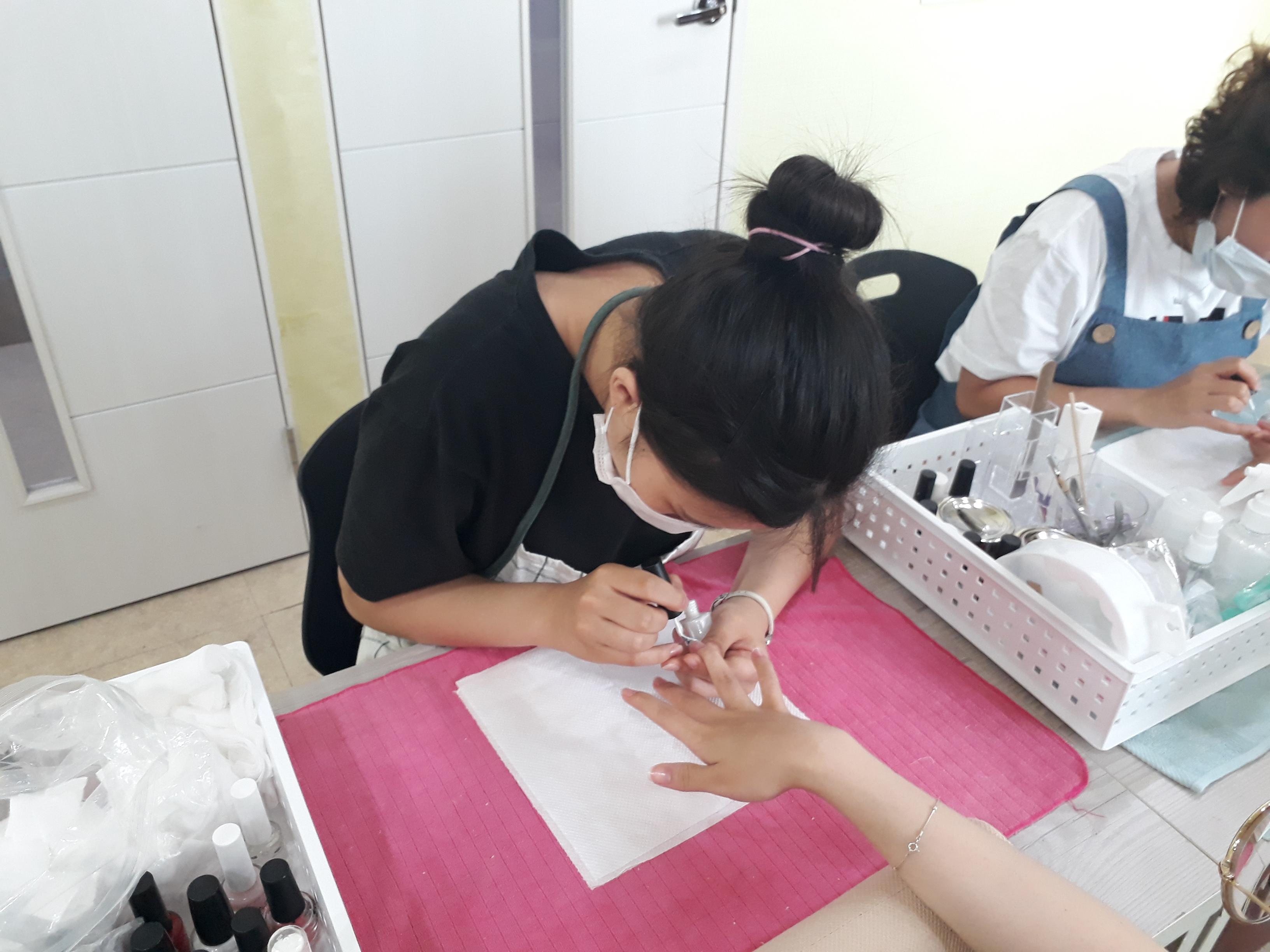 프렌치 수업중 연습하는 학생